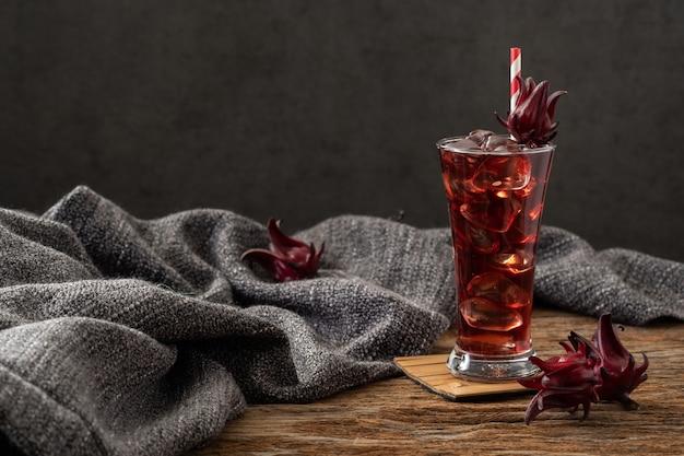Roselle jasny szkło z świeżą roselle owoc na drewnianym stołowym asia przepisie