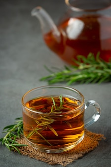 Rosemary hot tea w filiżance gotowy do picia