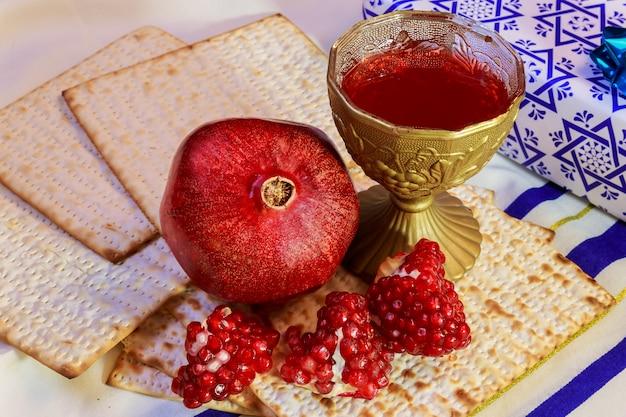 Rosh hashanah żydowskiego święta matzoh paschy chleb granat