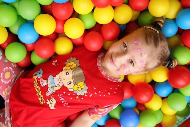 Rosja - 19 stycznia 2017: dzieci grają w różne gry na przyjęciu urodzinowym w pokoju zabawy