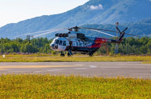 Rosja, kamczatka - 29 lipca 2018: śmigłowiec turystyczny mi-8 yuri eremin na lądowisku dla helikopterów na półwyspie kamczatka