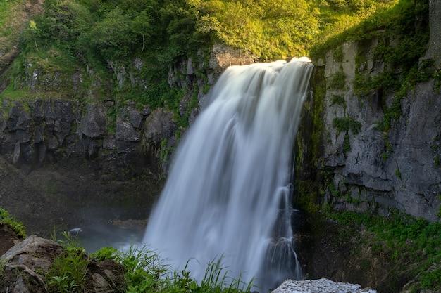 Rosja, kamczatka. wodospad w pobliżu wulkanu tolbachik.