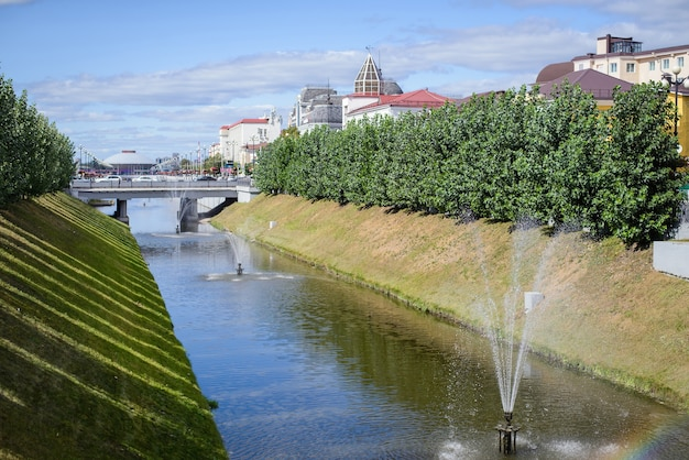 Rosja, kazań, 25 sierpnia 2018: widok na kanał wodny bulak z mostami i fontannami w centrum miasta w słoneczny letni dzień