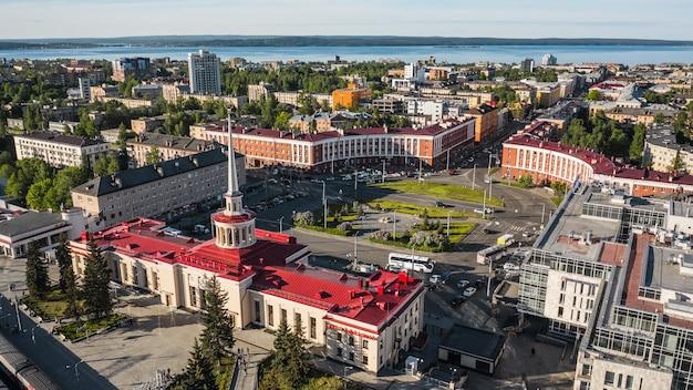 Rosja, pietrozawodsk, czerwiec 2021 - widok z lotu ptaka na plac gagarina i dworzec kolejowy