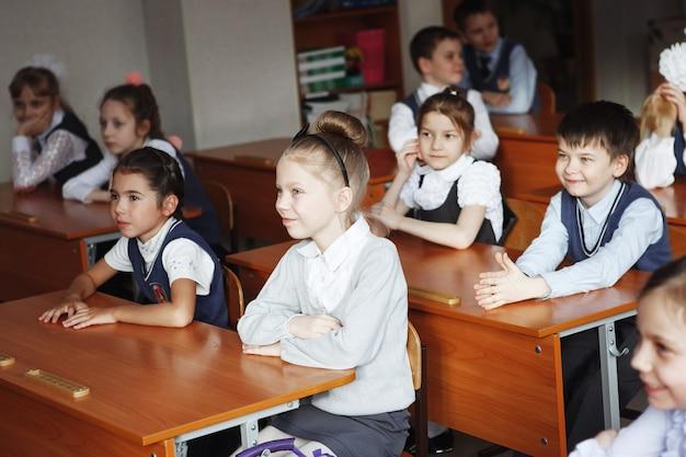 Rosja. syberia, marzec 2017. dzieci w szkole w klasie siedzą przy ławkach