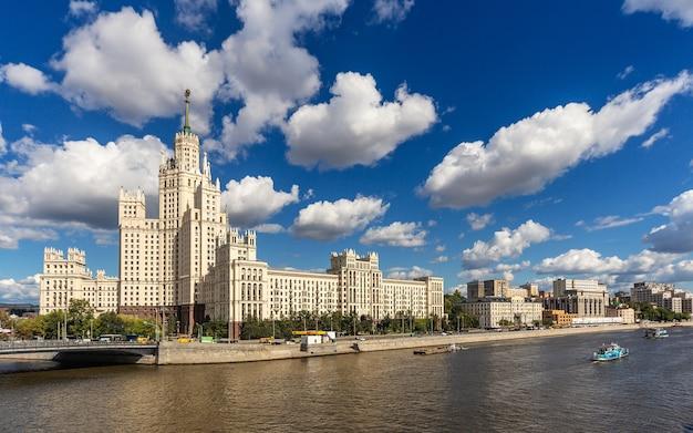 Rosja. wieżowiec stalina na nabrzeżu kotelnicheskaya rzeki moskwy