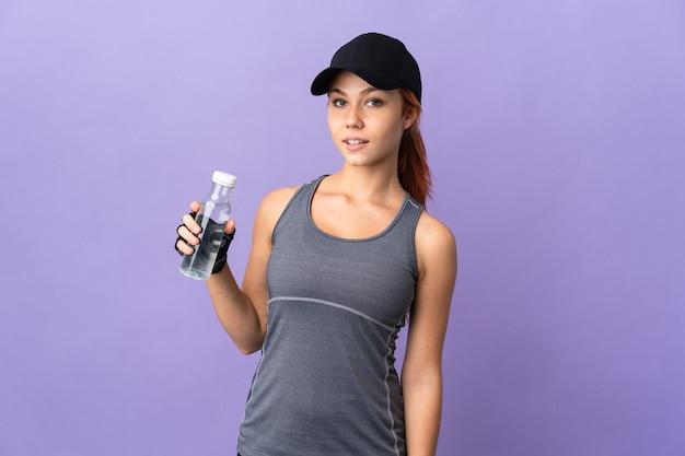 Rosjanka na fioletowym tle z sportową butelką wody
