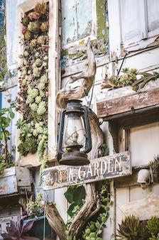 Roślin ozdoba z gałęzi kości radio buty znak retro stara dekoracja vintage