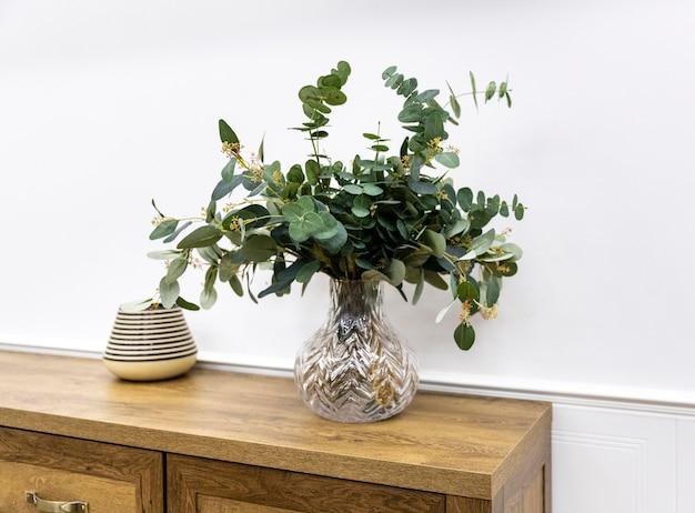 Roślin w wazonie na drewnianych meblach pod wysokim kątem