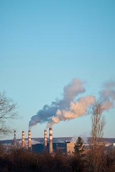 Roślina emituje dym i smog z rur