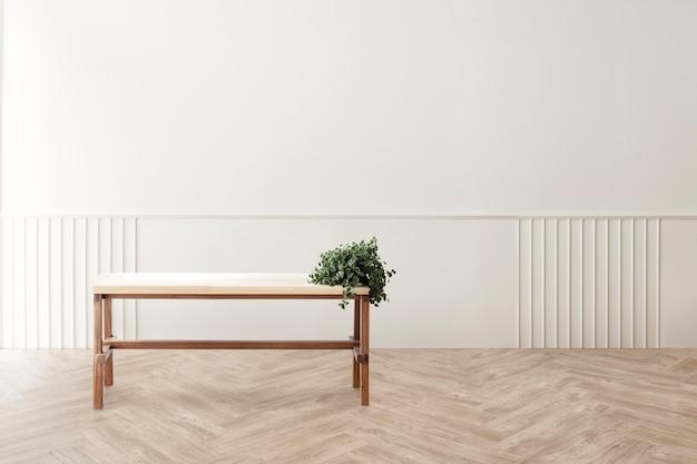 Roślina na drewnianym stole w makieta salonu