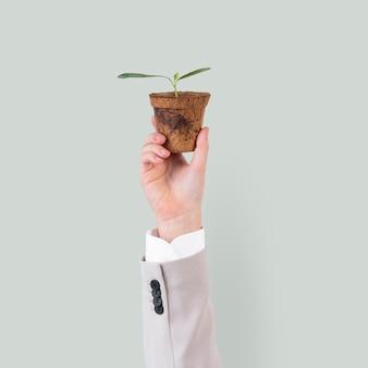Roślina trzymająca rękę ratuje kampanię środowiskową
