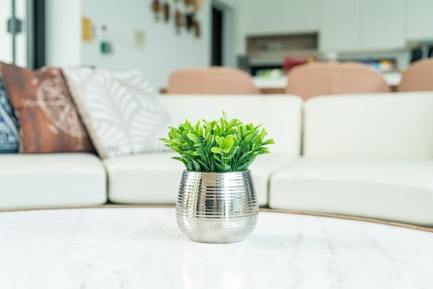 Roślina w dekoracji wazonu na stole w salonie