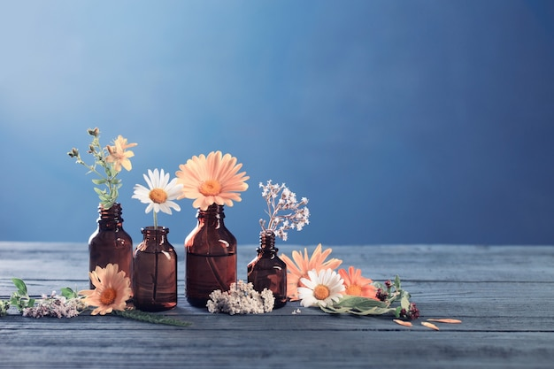 Rośliny lecznicze i brązowe butelki na niebiesko