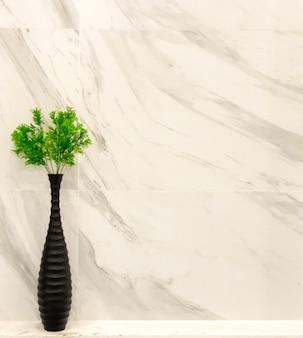 Rośliny ozdobne w czarnym wazonie