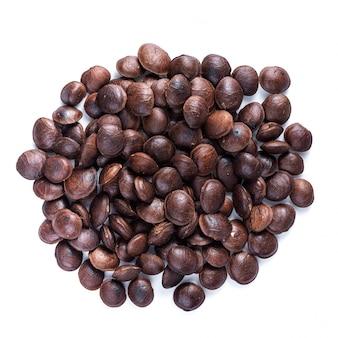 Rośliny strączkowe sacha inchi lub orzechowe inca. wysuszone sacha inchi dokrętki odizolowywać na bielu