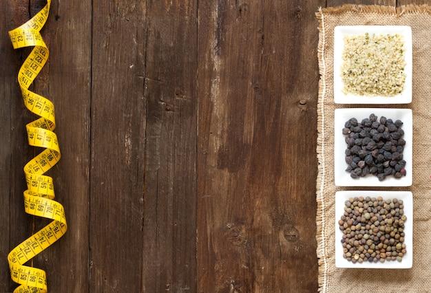 Rośliny strączkowe w pucharach z pomiarową taśmą na drewnianym stołowym odgórnym widoku z kopii przestrzenią
