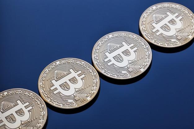 Rosnąco pasek z monet bitcoinów kryptowalutowych