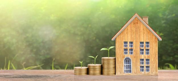 Rosnący dom monet na stosie monet. pojęcie własności inwestycji i koncepcji finansowania inwestycji