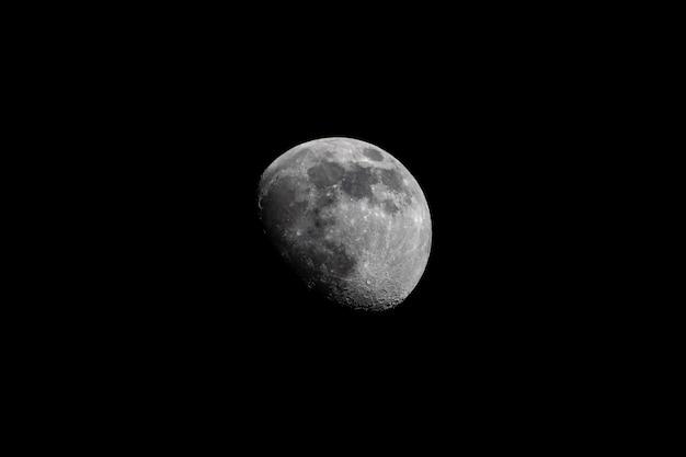 Rosnący księżyc fazowy na ciemnym niebie