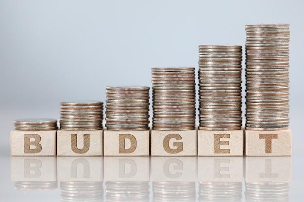Rosnący stos srebrnych monet stojących na zbliżenie znak budżetu