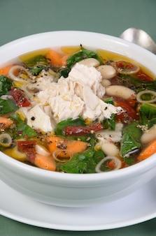 Rosół z fasolą, szpinakiem, pomidorami i innymi warzywami