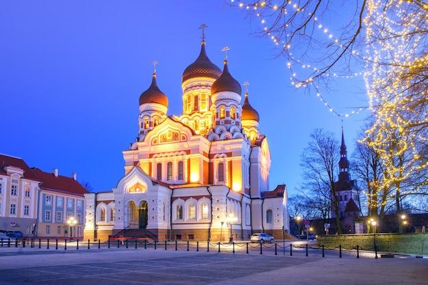 Rosyjska cerkiew św. aleksandra newskiego i boże narodzenie oświetlone nocą, tallinn, estonia