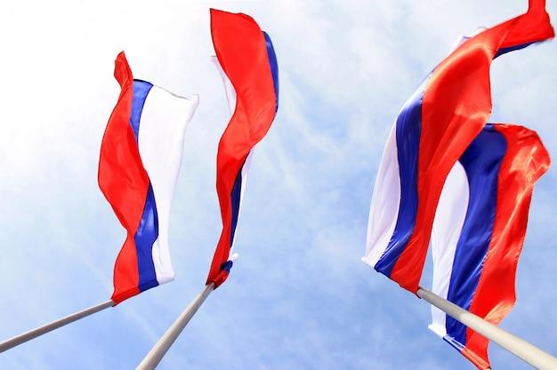 Rosyjska flaga na niebieskim niebie
