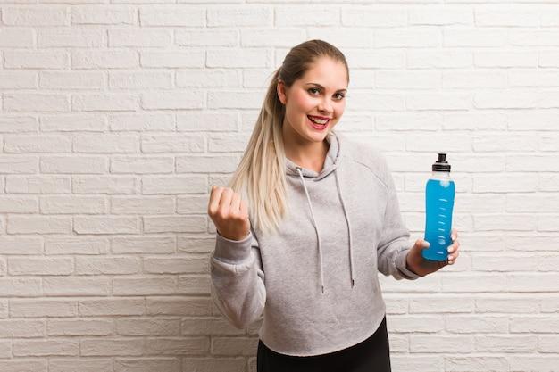 Rosyjska kobieta młodych fitness gospodarstwa napój energetyczny