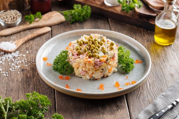 Rosyjska sałatka olivier na talerzu
