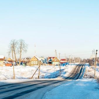 Rosyjska wioska zimowa, śnieg, słońce, centralna część rosji