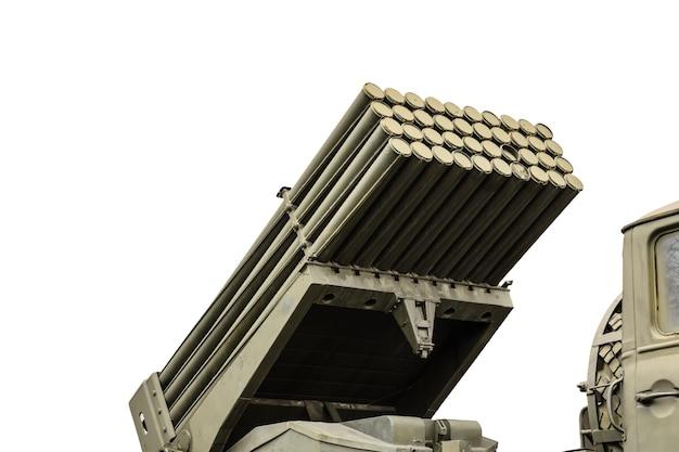 Rosyjska wyrzutnia rakiet zamontowana na radzieckiej ciężarówce wojskowej na białym tle