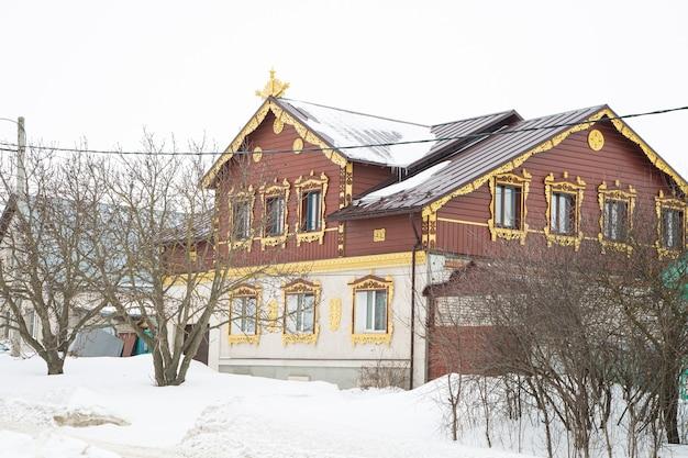 Rosyjski drewniany dom pokryty śniegiem