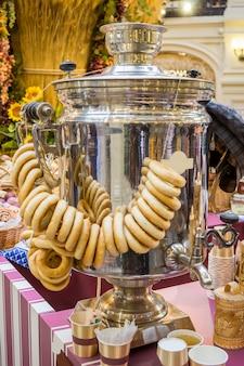 Rosyjski herbaciany samowar z bukietem bułeczek
