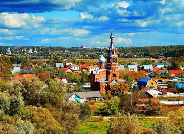 Rosyjski krajobraz wsi w sezonie jesiennym