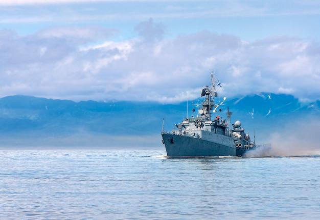 Rosyjski okręt płynący wzdłuż wybrzeża