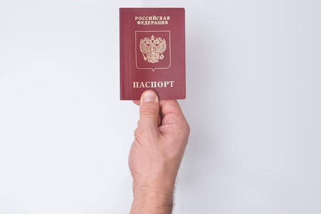 Rosyjski paszport w dłoni mężczyzny