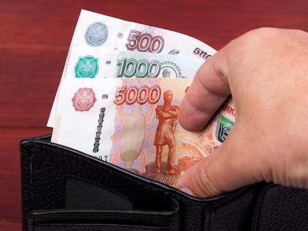 Rosyjski rubel pieniężny w czarnym portfelu