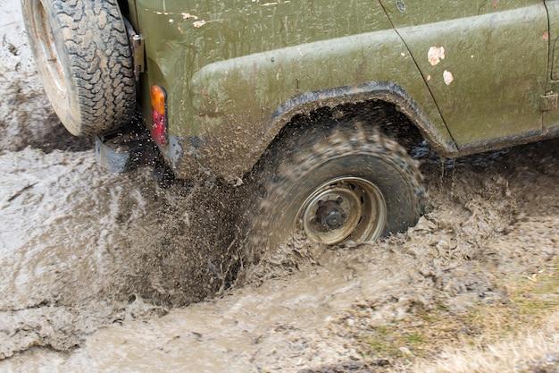 Rosyjski suv, samochód terenowy poślizgnął się, utknął w rzece