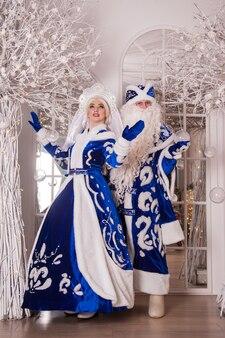 Rosyjski święty mikołaj znany jako dziadek mróz i jego wnuczka snegurochka