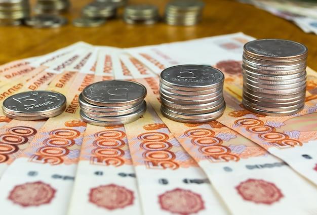 Rosyjskich Rubli Banknoty I Monety Z Bliska Premium Zdjęcia