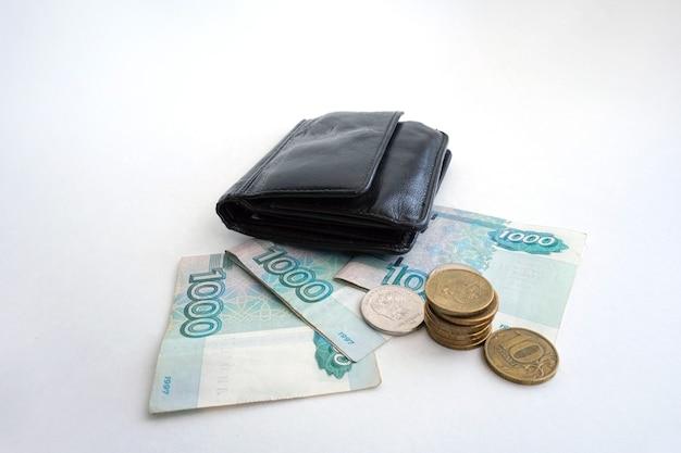 Rosyjskie banknoty i monety na białym tle, układ obszaru roboczego