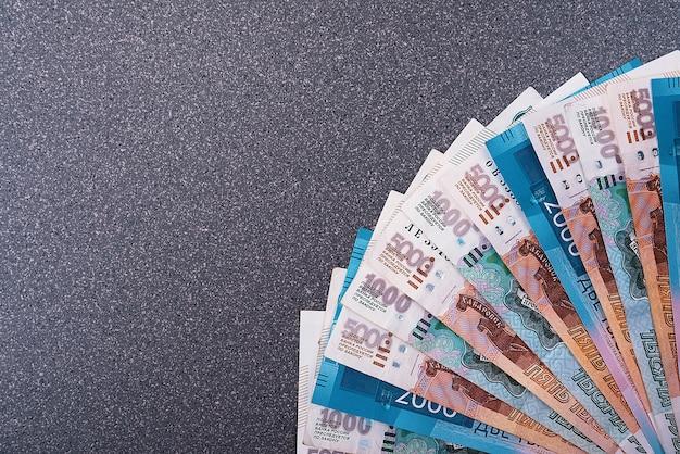 Rosyjskie banknoty o wartości pięciu tysięcy rubli, tło