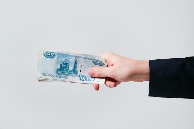Rosyjskie banknoty ruble w ręku