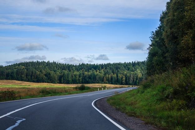 Rosyjskie drogi w karelii. podróż samochodem. droga asfaltowa. gładka droga