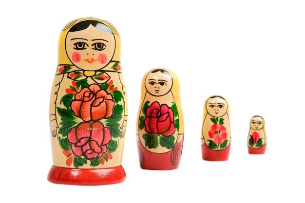 Rosyjskie lalki na ponad białym tle