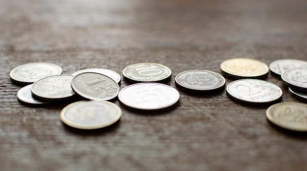 Rosyjskie monety na drewnianym tle