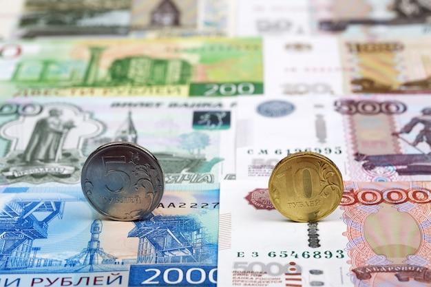 Rosyjskie monety. rubel na tle pieniędzy
