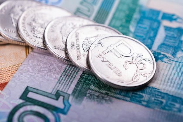 Rosyjskie pieniądze na ilustracje i tła wiadomości finansowych i ekonomicznych. monety z symbolem rosyjskiej waluty i różnych rachunków