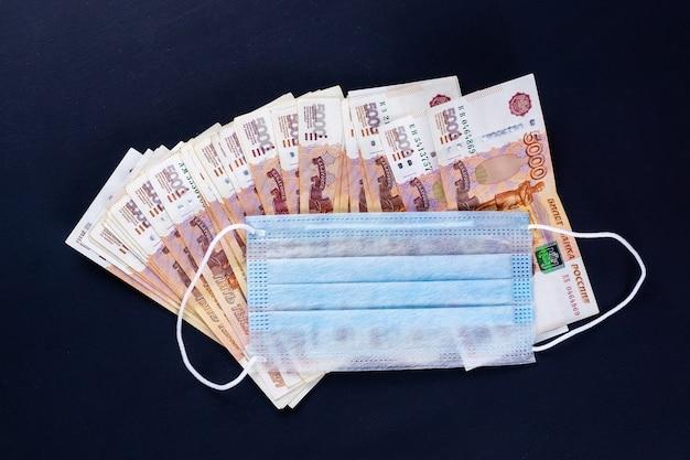 Rosyjskie pieniądze, ruble owinięte w maskę medyczną